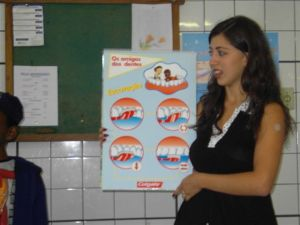 Débora mostrando os métodos para boa higiene bucal